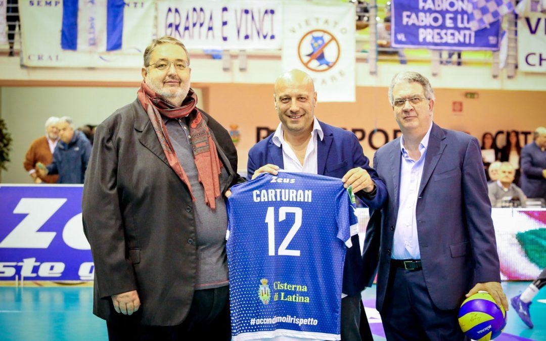 Comunicato stampa, la prima partita nel nuovo palazzetto dello sport di Cisterna di Latina. La Top Volley Latina omaggia il sindaco Mauro Carturan con maglia e pallone ufficiale