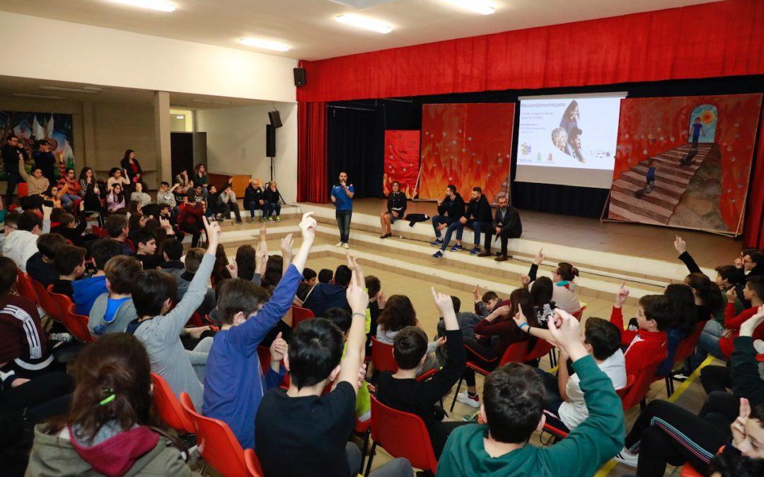 #Accendiamoilrispetto (tappa n°24/4° anno) – Top Volley Latina e AbbVie alla Giuseppe Giuliano di Latina insieme alla Questura contro il cyberbullismo