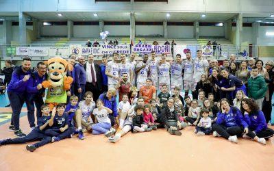 La Top Volley Cisterna conquista l'ottavo derby consecutivo con Sora e continua la rincorsa salvezza. Falivene: «Ci aspettano sei finali»