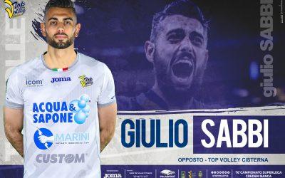 Giulio Sabbi è il nuovo opposto della Top Volley Cisterna. «Orgoglioso di tornare nella mia regione». Falivene: «La giusta spinta per il suo sogno olimpico». Marini: «Il suo temperamento saprà esaltarci»
