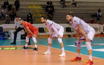 La Top Volley Cisterna aspetta Trento a porte chiuse. Kovac: «Trento è molto forte ma noi stiamo lavorando tantissimo». Poi il coach scherza sulla foto che lo ritrae vicino ai ricevitori durante la partita: «Sono molto aggressivo»